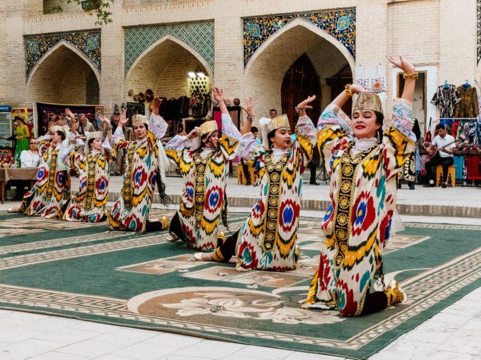 Народное шоу в медресе Надир Диван-Беги