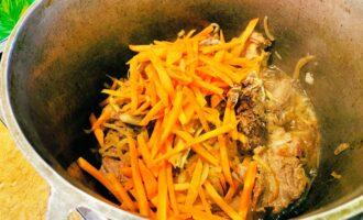 Мясо с луком и морковью в казане