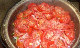 Мясо в казане с помидорами