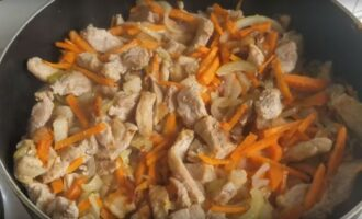 Жареная курица с луком и морковью